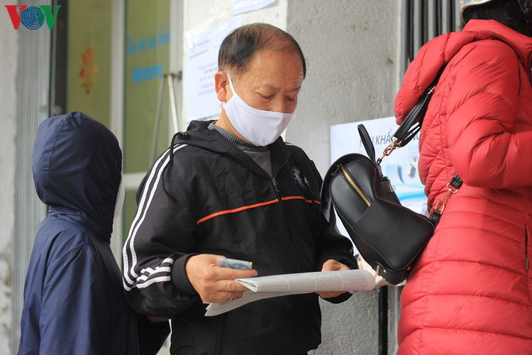 face masks in demand amongst hanoians to prevent spread of ncov hinh 3