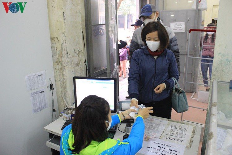 face masks in demand amongst hanoians to prevent spread of ncov hinh 4
