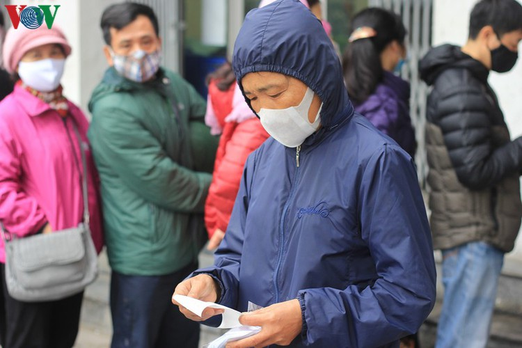 face masks in demand amongst hanoians to prevent spread of ncov hinh 6