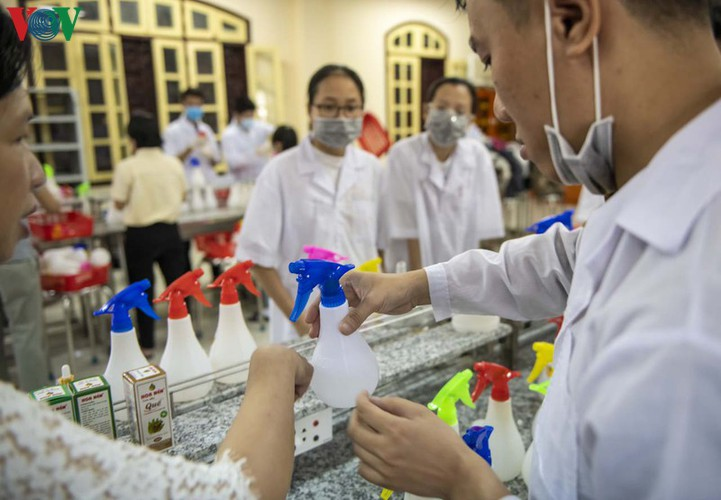 hue students make handwashing solution in line with who standards hinh 1