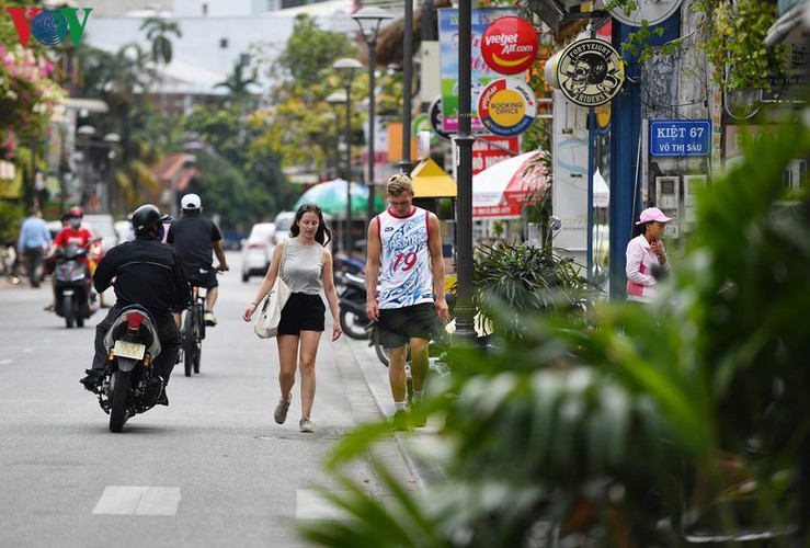 foreign visitors wander hue streets without face masks hinh 10