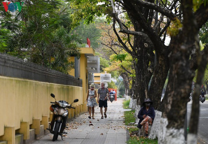 foreign visitors wander hue streets without face masks hinh 11