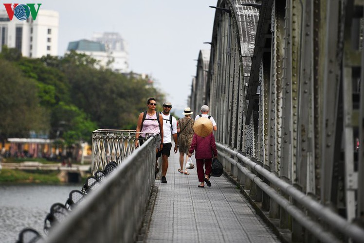 foreign visitors wander hue streets without face masks hinh 12
