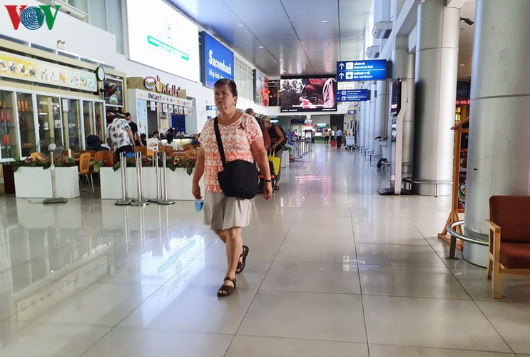 foreign visitors wander hue streets without face masks hinh 1