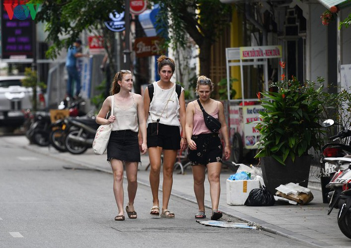foreign visitors wander hue streets without face masks hinh 5