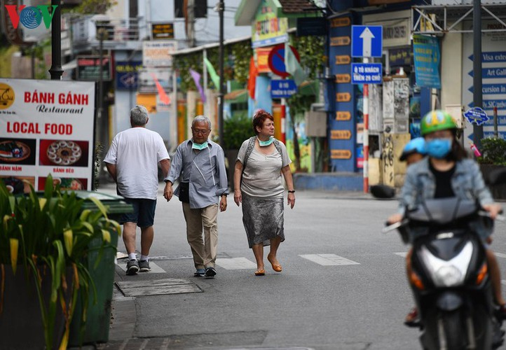 foreign visitors wander hue streets without face masks hinh 7