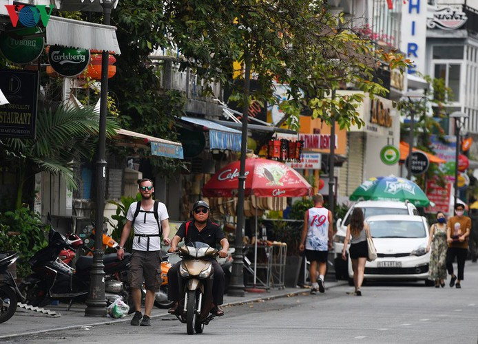 foreign visitors wander hue streets without face masks hinh 8