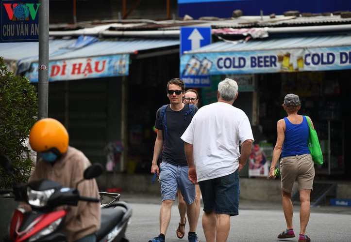 foreign visitors wander hue streets without face masks hinh 9