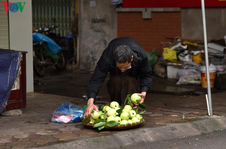 street vendors struggle to earn a living during covid-19 epidemic hinh 2