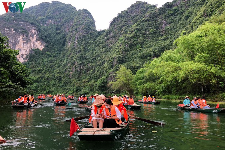 trang an landscape complex packed with tourists during public holidays hinh 10