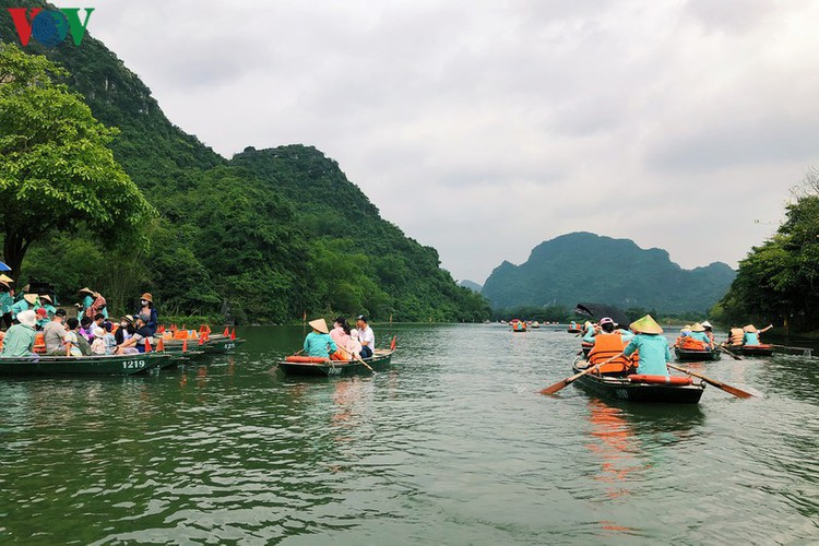 trang an landscape complex packed with tourists during public holidays hinh 12