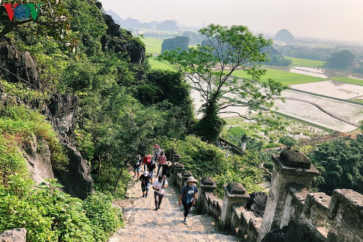 trang an landscape complex packed with tourists during public holidays hinh 13