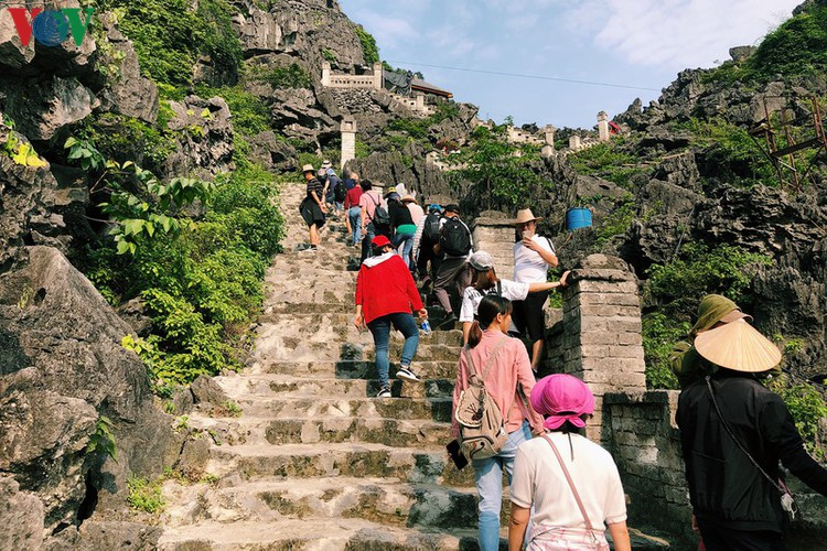 trang an landscape complex packed with tourists during public holidays hinh 14