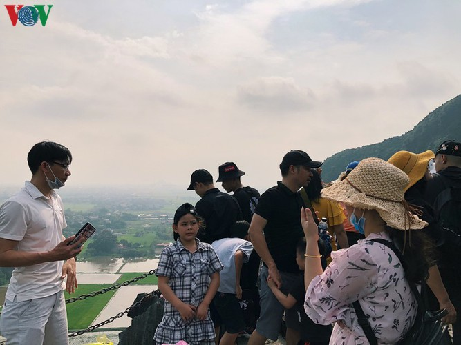 trang an landscape complex packed with tourists during public holidays hinh 15