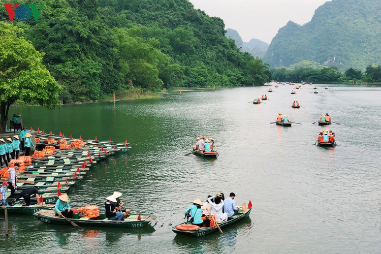 trang an landscape complex packed with tourists during public holidays hinh 1