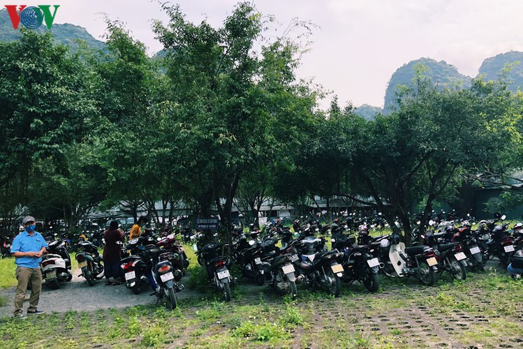 trang an landscape complex packed with tourists during public holidays hinh 2