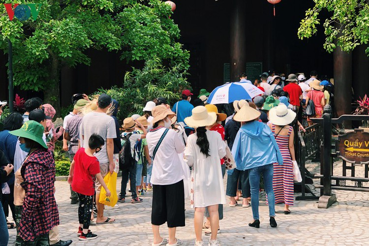 trang an landscape complex packed with tourists during public holidays hinh 3