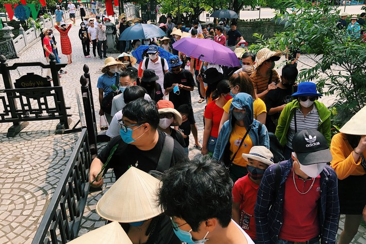 trang an landscape complex packed with tourists during public holidays hinh 4