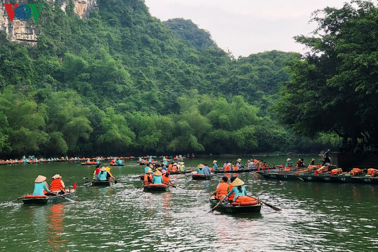 trang an landscape complex packed with tourists during public holidays hinh 9