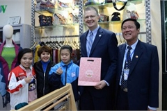 US Ambassador spends time at Vietnam Friendship Village in Hanoi