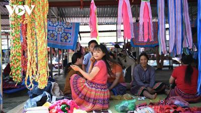 A view into the unique Pa Co brocade market of Son La