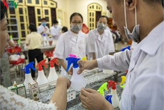 Hue students make handwashing solution in line with WHO standards