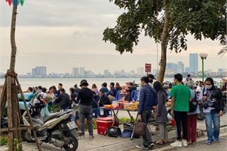 Hanoians return to West Lake in droves amid COVID-19 threat