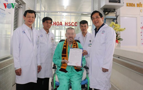 covid-19: british pilot receives discharge from hospital hinh 0
