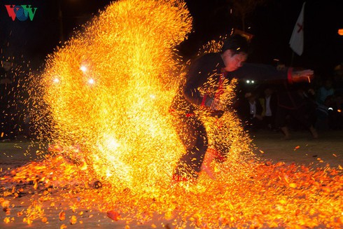 fire dance of red dao in dien bien province hinh 2