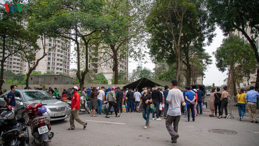 covid-19: people line up for registration at hanoi quarantine area hinh 14