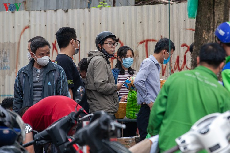 covid-19: people line up for registration at hanoi quarantine area hinh 16
