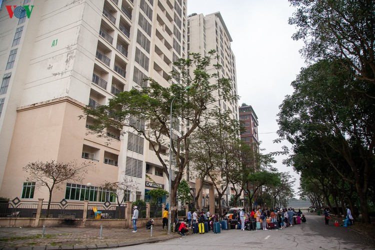 covid-19: people line up for registration at hanoi quarantine area hinh 2