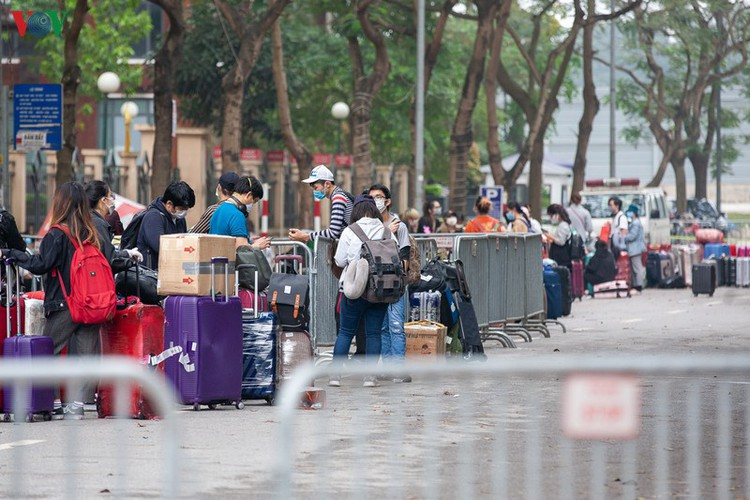 covid-19: people line up for registration at hanoi quarantine area hinh 3