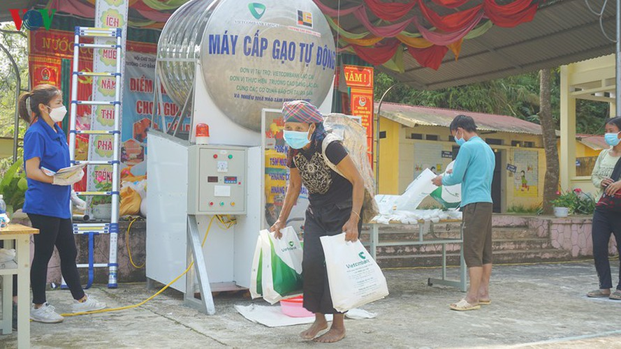 covid-19: minority people get gifts from 'rice atms' hinh 13