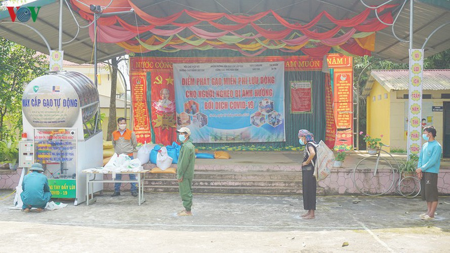 covid-19: minority people get gifts from 'rice atms' hinh 6
