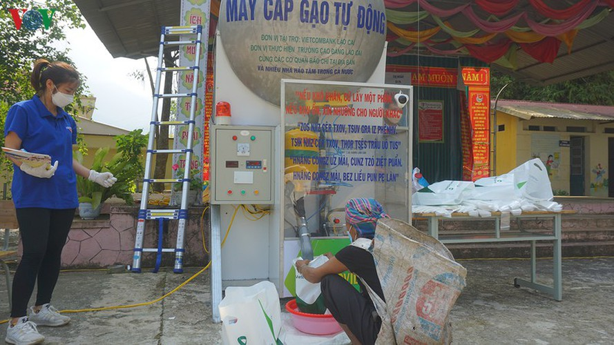 covid-19: minority people get gifts from 'rice atms' hinh 7