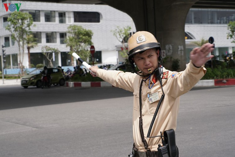 traffic wardens work hard under the scorching sun hinh 1