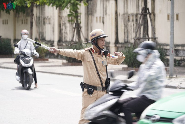 traffic wardens work hard under the scorching sun hinh 3