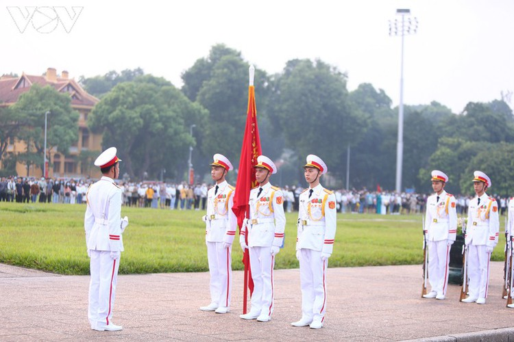 flag-salute ceremony in celebration of national day hinh 1