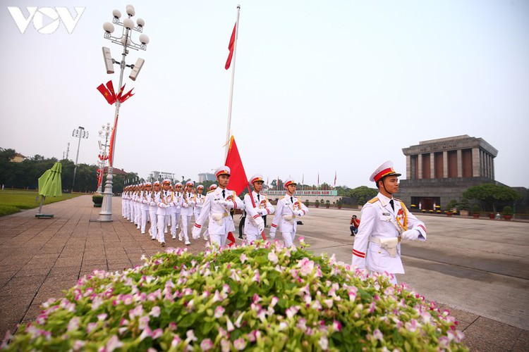 flag-salute ceremony in celebration of national day hinh 2
