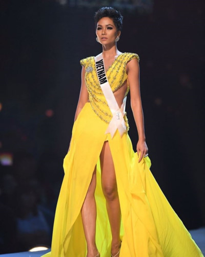 yellow evening gown worn by h'hen nie wins miss universe award hinh 1