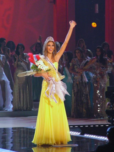yellow evening gown worn by h'hen nie wins miss universe award hinh 3