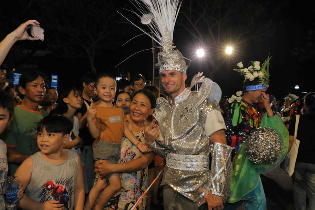 vibrant street carnival whips up excitement among danang crowds hinh 14