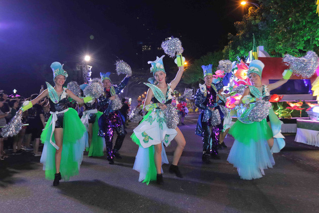 vibrant street carnival whips up excitement among danang crowds hinh 1