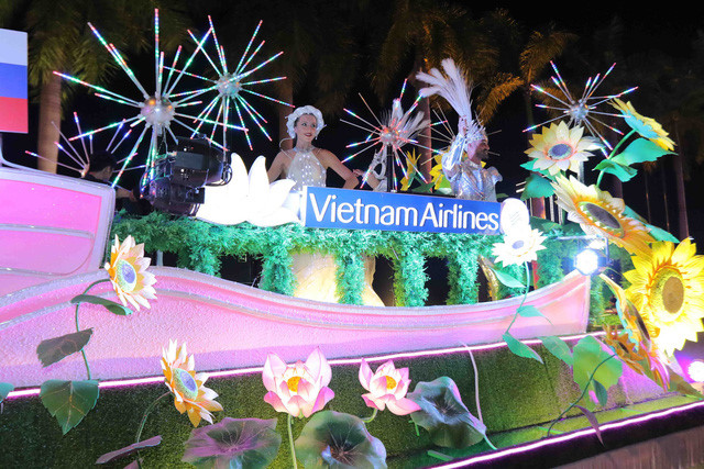 vibrant street carnival whips up excitement among danang crowds hinh 2