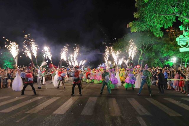 vibrant street carnival whips up excitement among danang crowds hinh 3