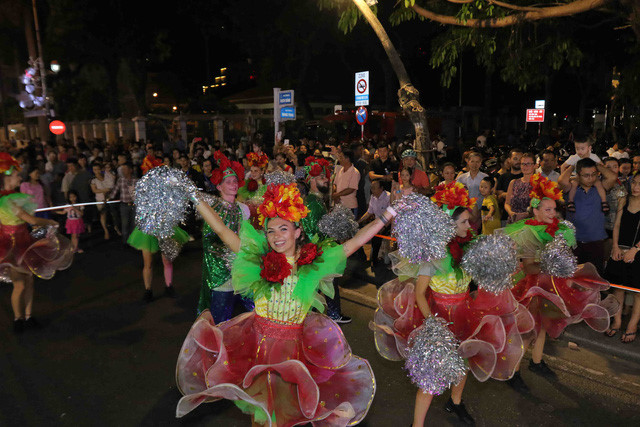 vibrant street carnival whips up excitement among danang crowds hinh 4
