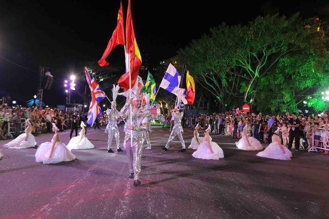 vibrant street carnival whips up excitement among danang crowds hinh 6