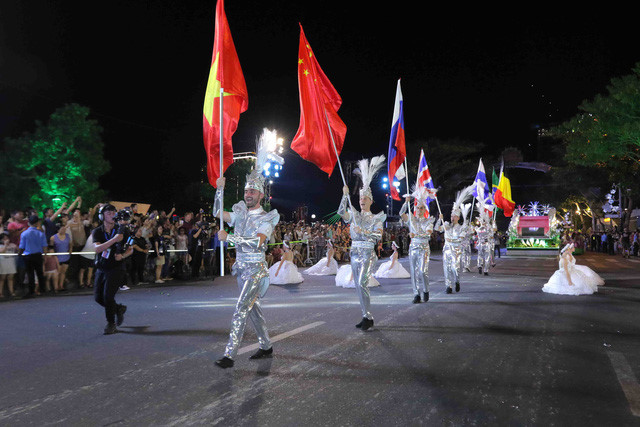 vibrant street carnival whips up excitement among danang crowds hinh 7