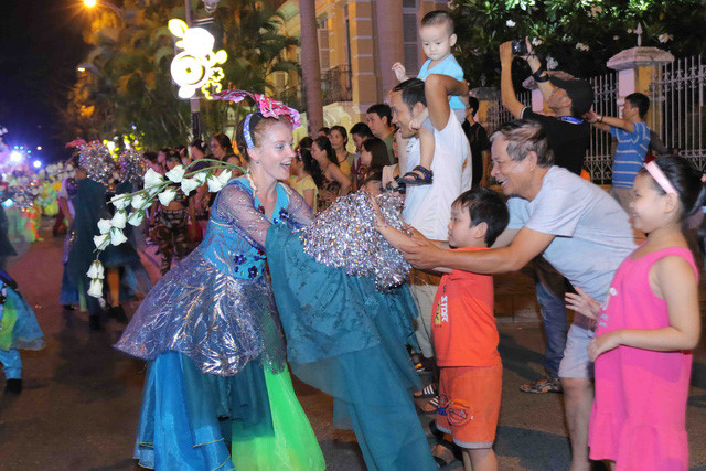 vibrant street carnival whips up excitement among danang crowds hinh 8